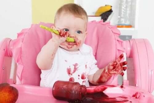 Baby spiser sunn barnemat selv
