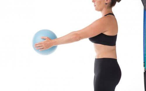 Kvinne som holder en ball