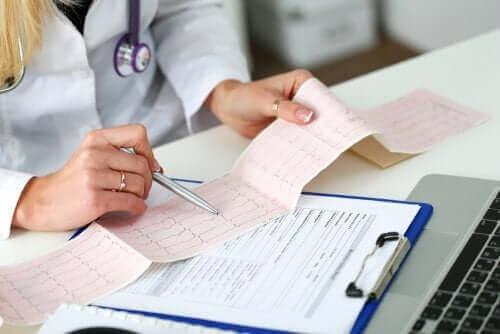 En lege leser et elektrokardiogram eller EKG