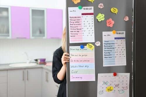 Lær hvordan du lager en organiseringstavle til kjøkkenet