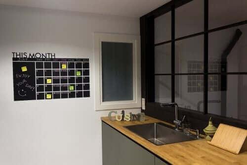 Et kjøkken med en organiseringstavle.