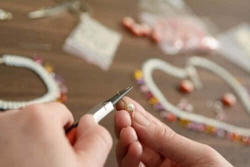 Hjemmelagde-nøkkelringer-av-perler