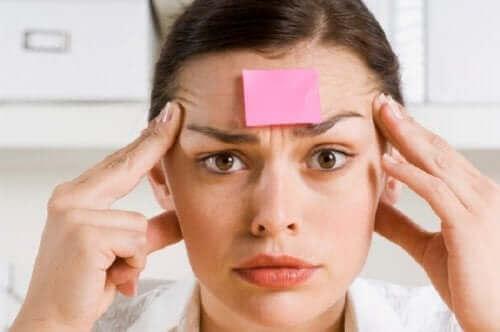 Symptomer på hukommelsestap inkluderer desorientering og falske minner.