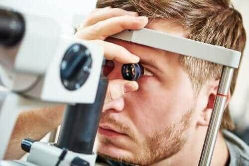 Mann som tester synet.