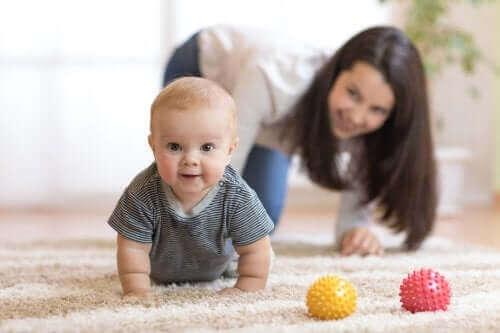 Tips for å oppmuntre babyen din til å krabbe
