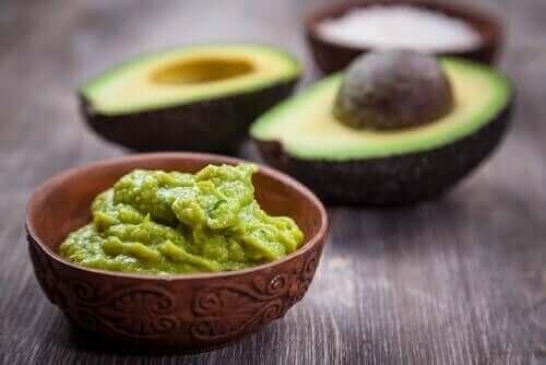 Salat med få kalorier: Avokado og agurk.