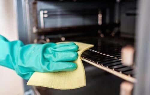 Fem metoder for å rengjøre stekeovnen