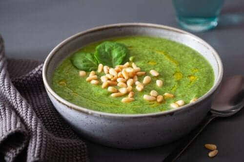 Kremet grønnsakssuppe med grønnkål og spinat - et vitamintilskudd