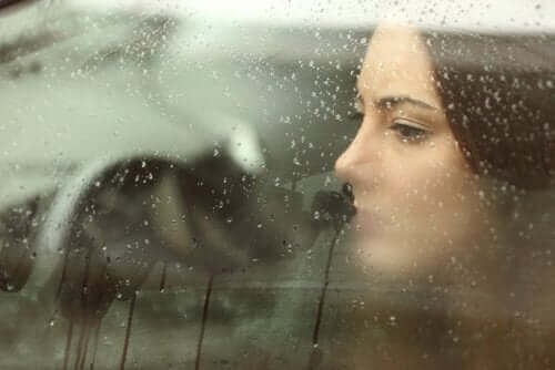 En kvinne som ser trist ut etter en skilsmisse