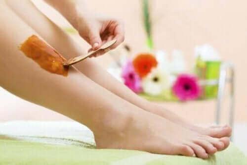 En person som påfører varm voks: metoder for hårfjerning