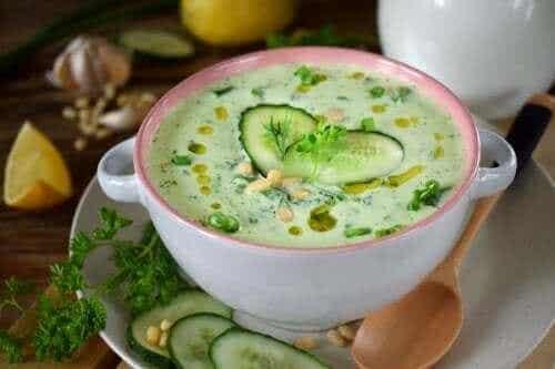Agurk- og avokadosuppe med lavt kaloriinnhold
