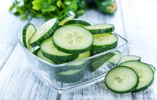 En liten skål med agurkskiver