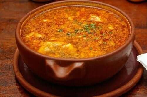 Smakfull hvitløksuppe med chorizo.
