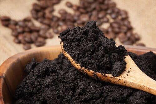 Gjødsle plantene dine med brukt kaffe