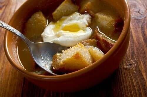 Hvitløksuppe med egg.