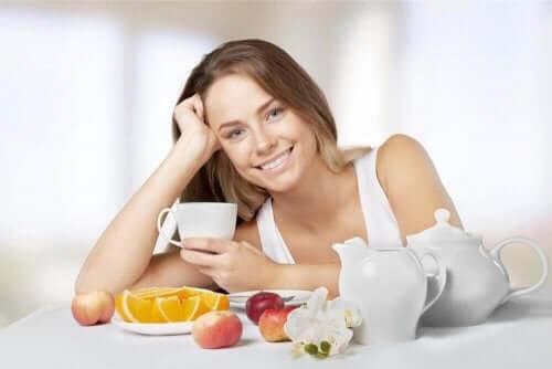 Sunn kvinne spiser frukt