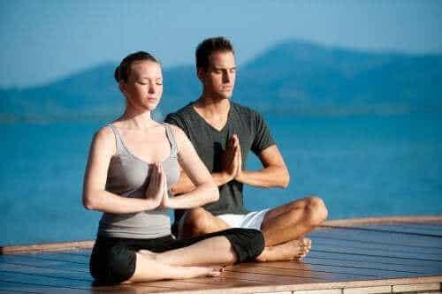 Å trene yoga sammen med partneren din