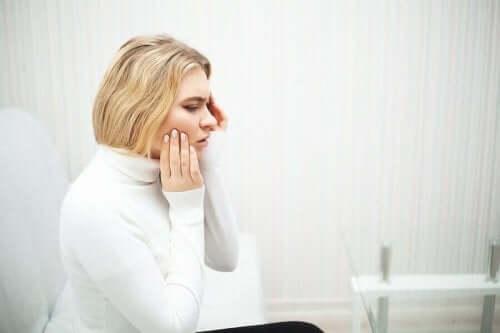Kvinne med tannpine