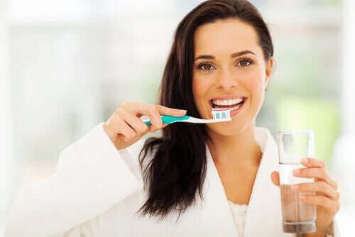 Kvinne pusser tennene