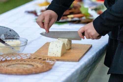 De beste tipsene for å skjære ost