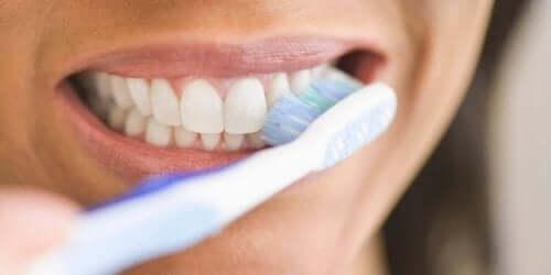 En person som pusser tennene.