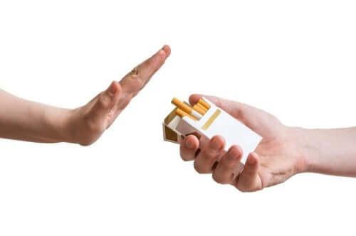 En person som sier nei til å røyke.