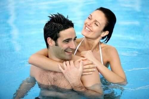 Et par som bader i et basseng.
