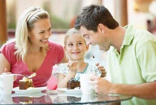 Familie som spiser dessert.