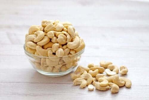 En liten glassbolle med cashewnøtter