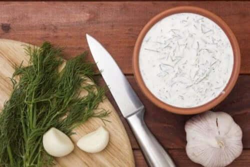 Oppskrifter på hjemmelagde sauser av tartar og hvitløk