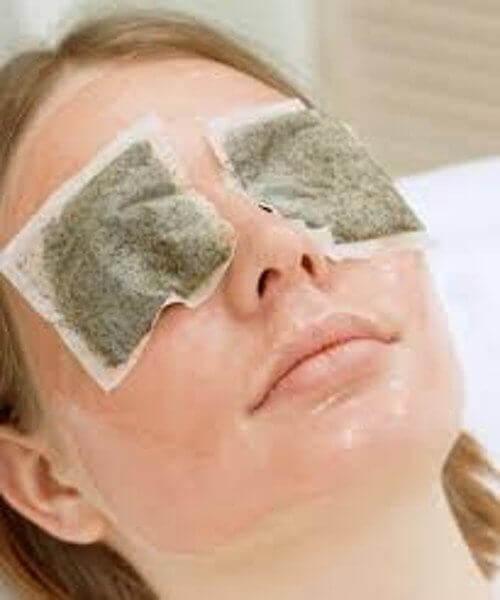 Kamille for å redusere poser under øynene.