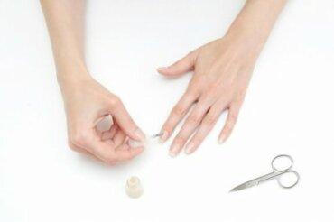 Hvordan lakke neglene uten å lakke fingrene