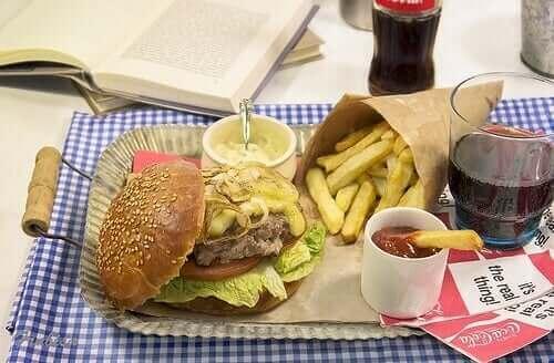 Et fat med fast food