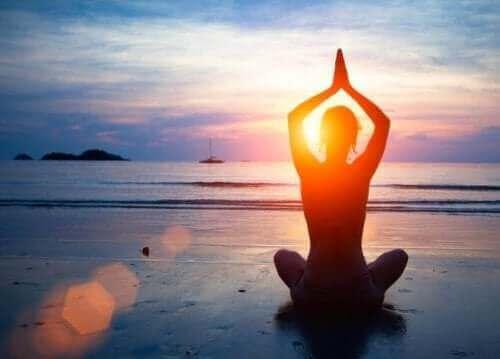 Meditasjon på stranda og god mental helse