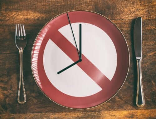 Klokke på et fat og feil relatert til spising