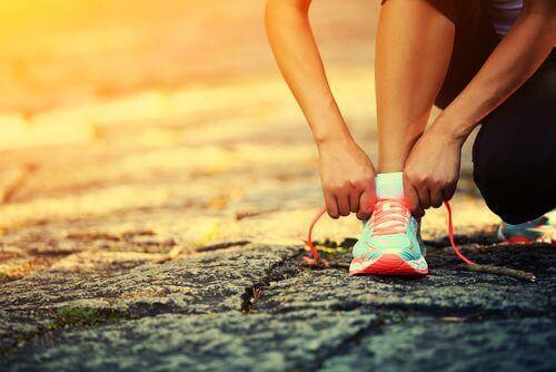 Person tar på joggesko