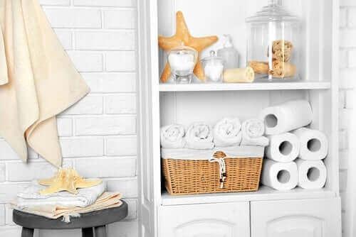 Hvordan gjenbruke syltetøyglassene dine og organisere badet ditt