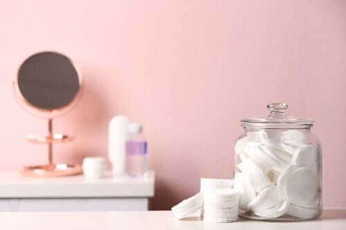 Tips for å gjenbruke syltetøyglassene dine og organisere badet ditt