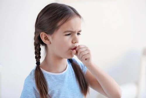 En jente som hoster.