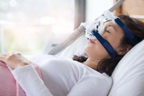 En kvinne med en CPAP-maskin.