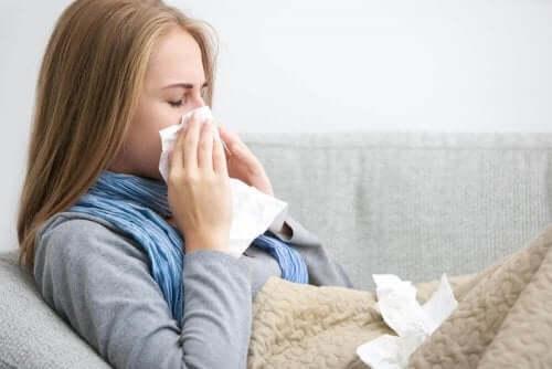 En kvinne med forkjølelse.
