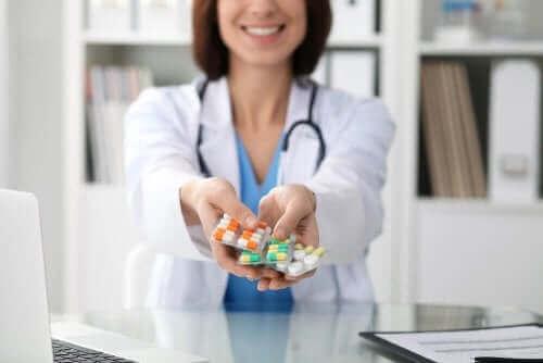 En lege som holder piller.