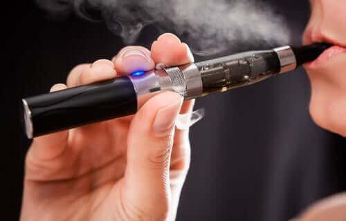 En person som inhalerer aerosol fra en e-sigarett.