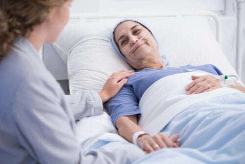 En syk kvinne i en sykehusseng.