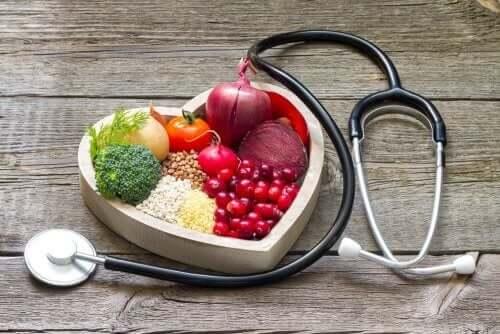 Frukt i en hjerteformet skål og et stetoskop.