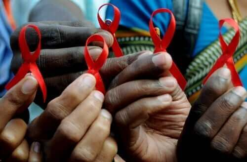 Hender som holder aidsbånd.