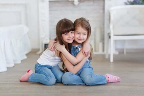 Hvordan hjelpe barna dine å lære hvem som er en ekte venn?