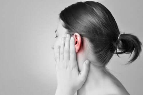 Kvinne med øreverk.