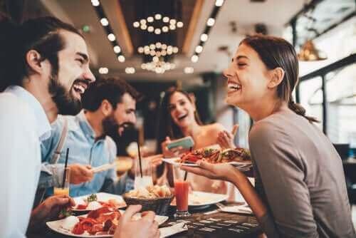 Noen venner spiser middag på en restaurant.
