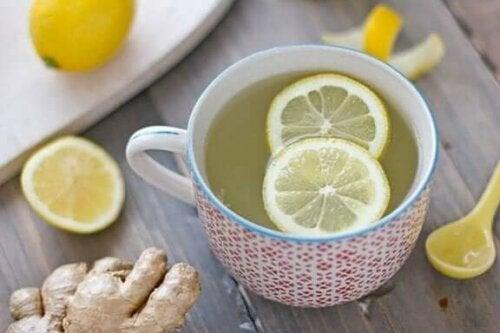 En kopp te med sitronskiver i